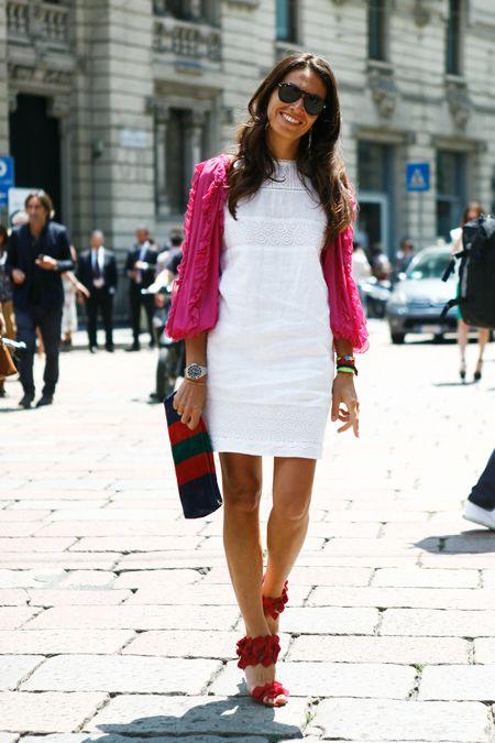 белое платье в гармонии с розовыми аксессуарами