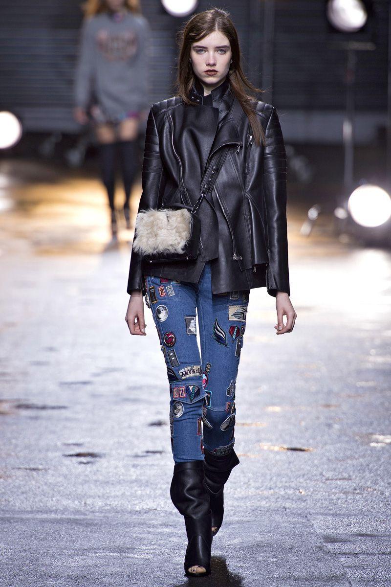Декор на модных джинсах в виде нашивок