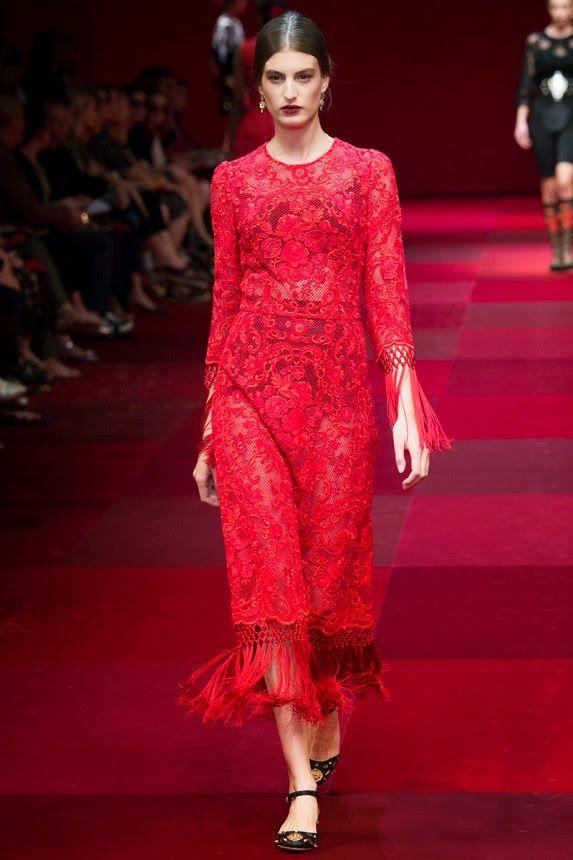 Кружевное красное платье с бахрамой