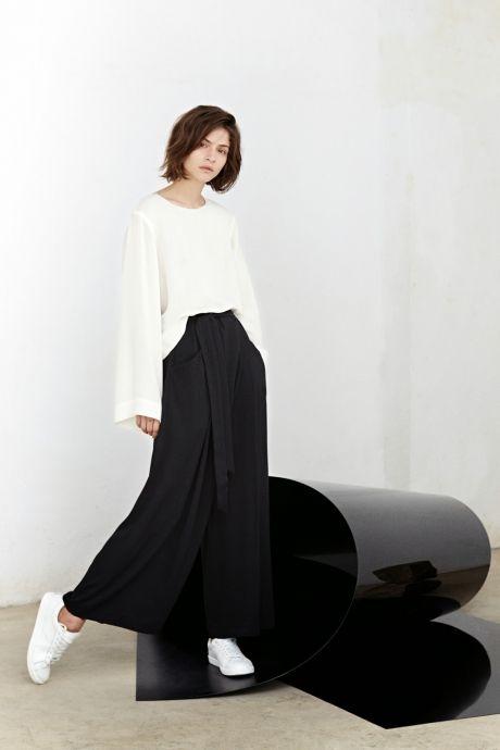 Модные широкие брюки от Манго