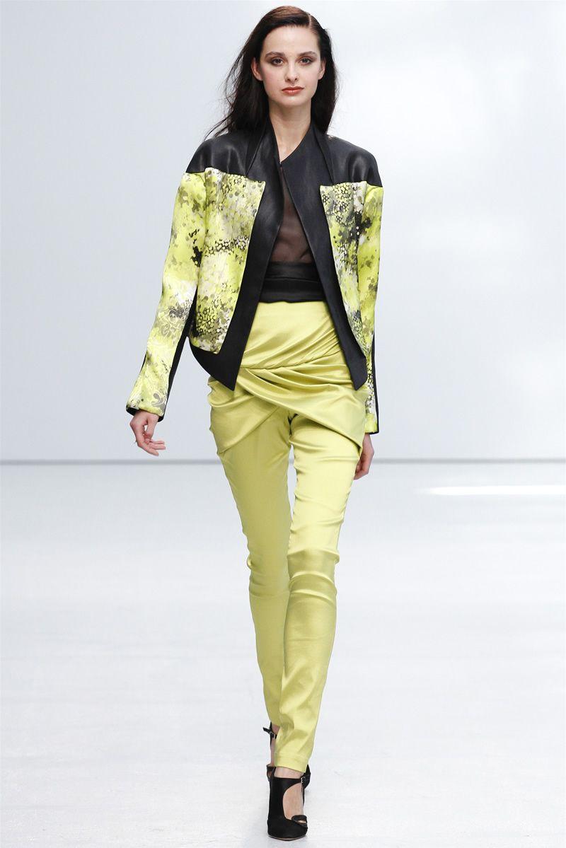 Яркость цвета в брюках с завышенной талией