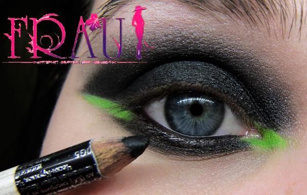 Подчеркиваем вечерний макияж черным карандашом