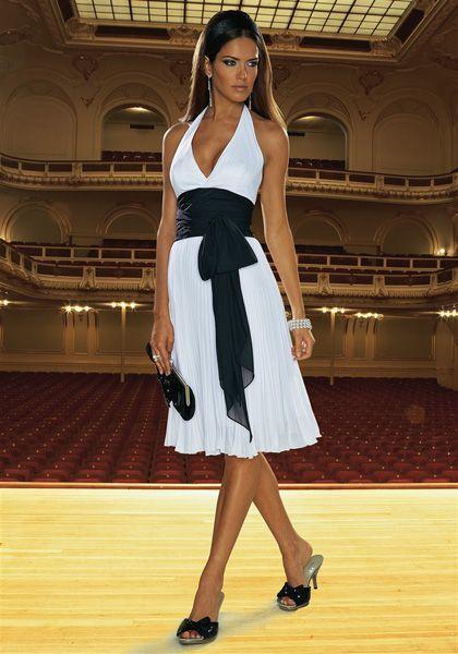 белое платье в сочетании с черным поясом