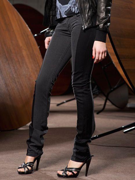Модные джинсы с вставками в виде лампасов