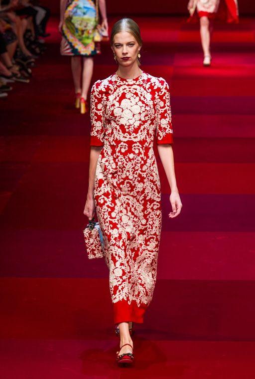 Длинное сдержанное платье от европейских законодателей моды