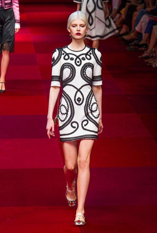 Короткое платье с расписными узорами