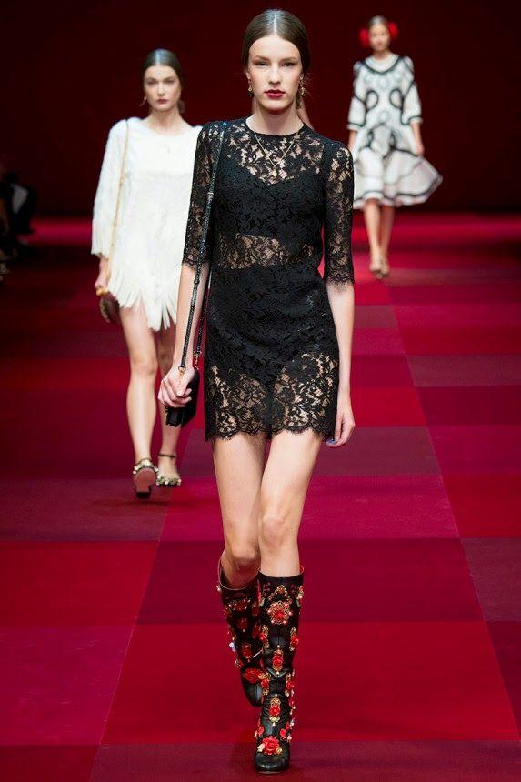 Кружевное короткое платье от известного мастера моды
