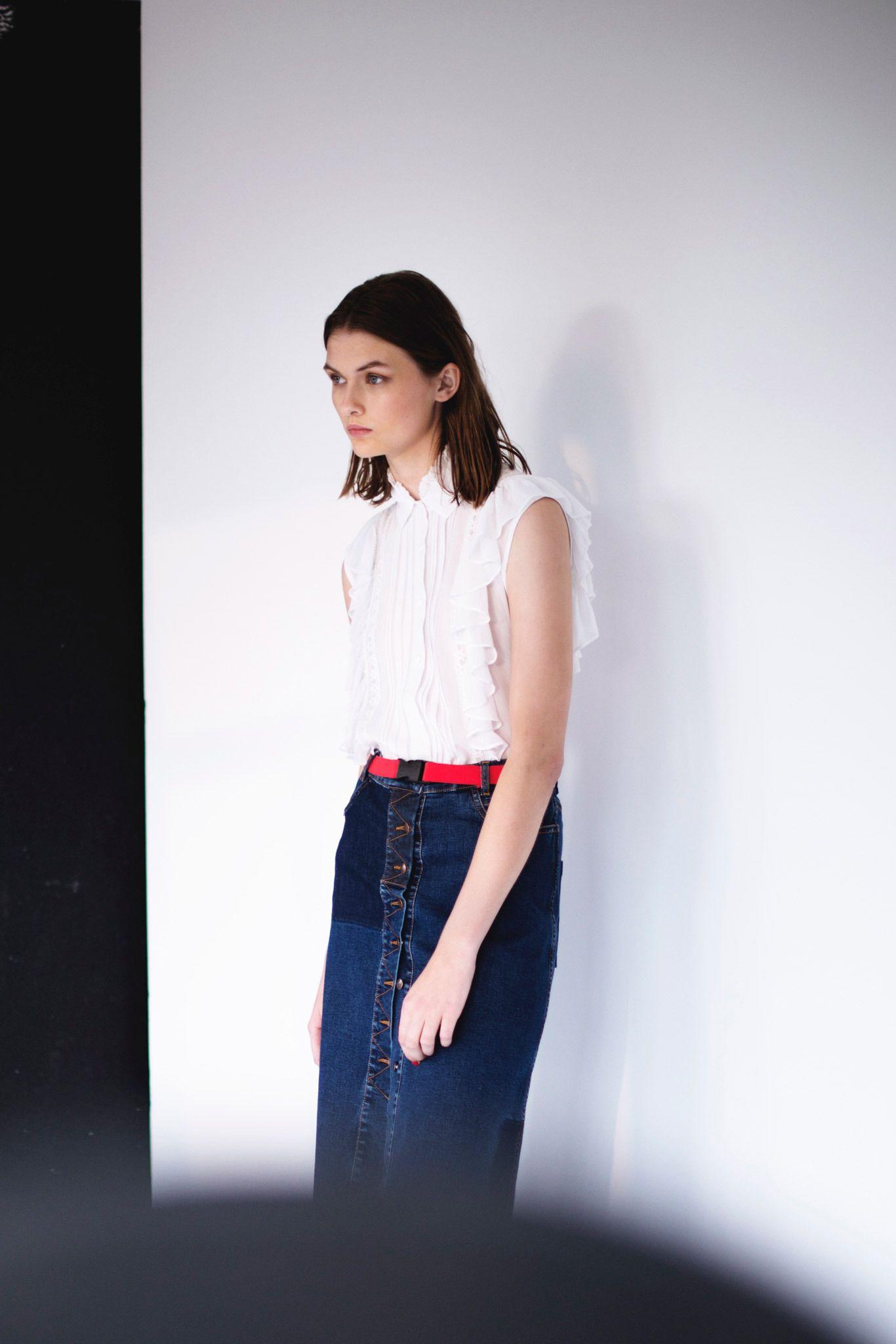 Модная одежда из джинсовой ткани