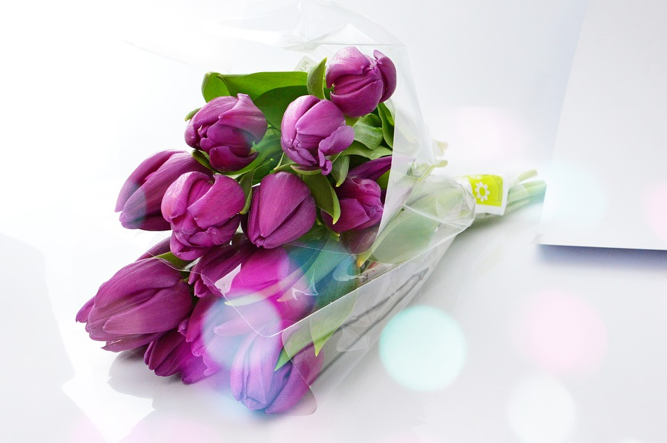 Почему женщины любят, когда им дарят цветы?