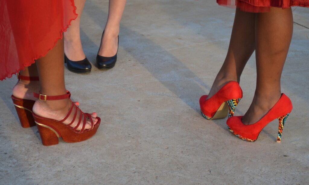 С чем носить красные туфли на каблуке