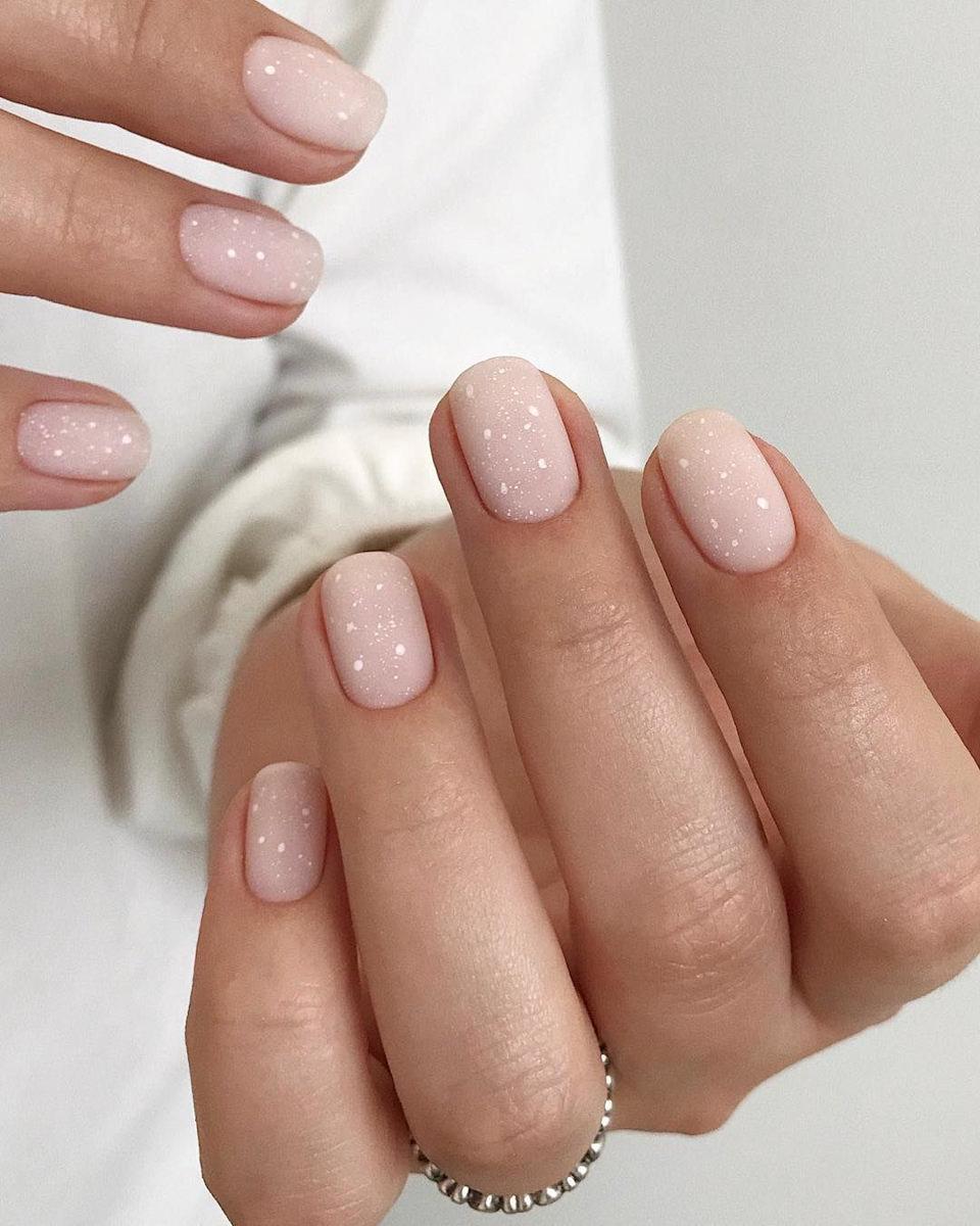Рисунки и выбор цвета на коротких ногтях